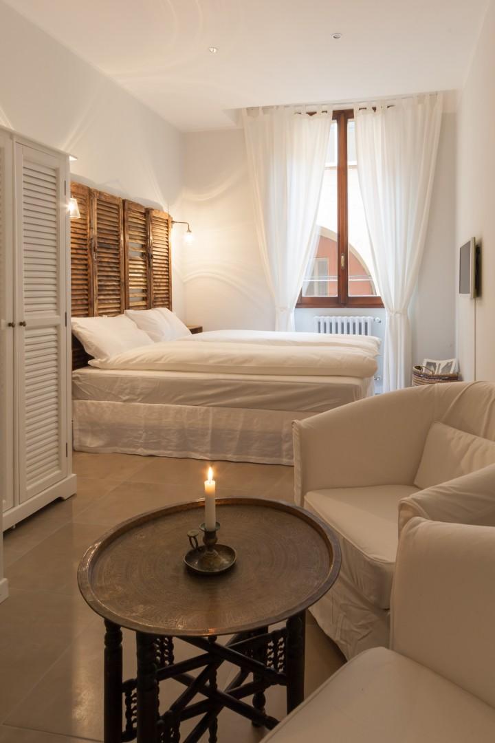 Luminosa ed elegante camera matrimoniale a Bologna